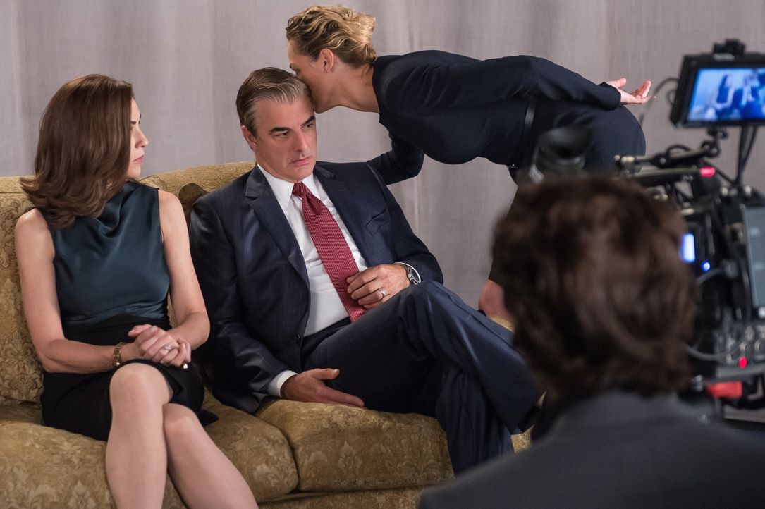 Nicht nur muss Alicia (Alicia Florrick, l.) vor der Kamera so tun, als ob Peter (Chris Noth, M.) und sie die perfekte Ehe führen würden, sie muss es... - Bildquelle: Jeff Neumann 2014 CBS Broadcasting Inc. All Rights Reserved.