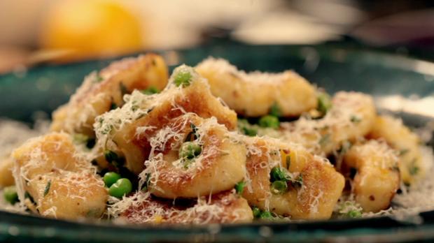 Gordon Ramsay zeigt, wie man Gnocchi selbst zu Hause zubereiten kann.