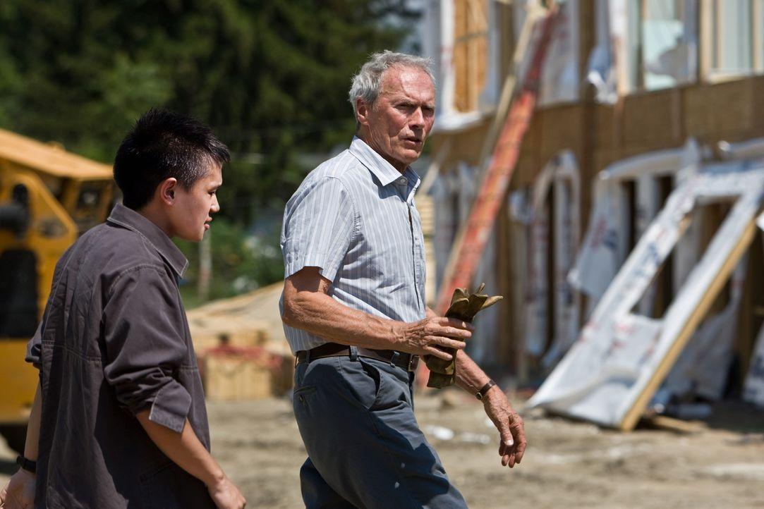 Nach anfänglichen Schwierigkeiten freunden sich Korea-Veteran und Rassist Walt Kowalski (Clint Eastwood, r.) und der asiatische Nachbarsjunge Thao... - Bildquelle: Warner Bros