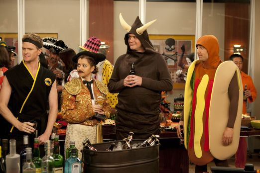 How I Met Your Mother - Es ist Halloween: Ted (Josh Radnor, r.), Marshall (Ja...