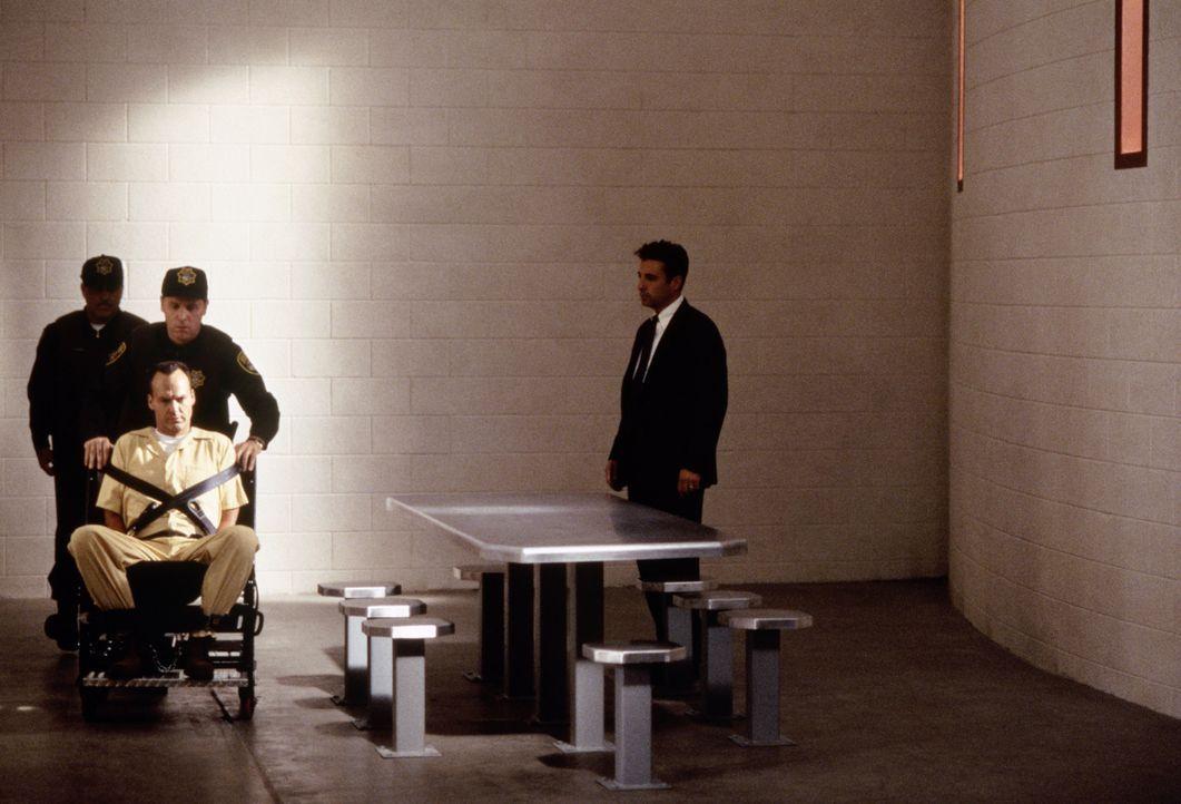 Connor (Andy Garcia, r.) gelingt es, seine Vorgesetzten zu der Überführung McCabes (Michael Keaton, vorne l.) ins Krankenhaus zu überreden, in de... - Bildquelle: Sony Pictures Television International. All Rights Reserved.