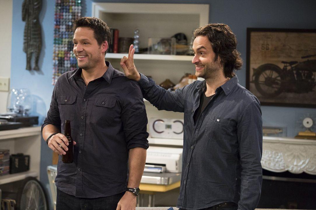 Leslies Ehe wurde durch Julius (Josh Hopkins, l.) zerstört, doch Danny (Chris D'Elia) ist immer noch mit ihm befreundet ... - Bildquelle: Warner Brothers