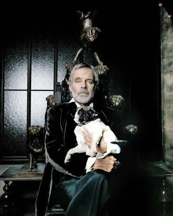 Nach außen hin wirkt der distinguierte Earl of Cockwood (Thomas Fritsch) wie ein ganz normaler Aristokrat, der sich lediglich der traditionellen Mop... - Bildquelle: Rat Pack Filmproduktion GmbH