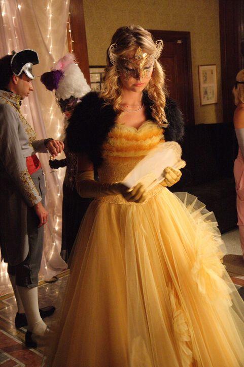 Die uneingeladene Jenny (Taylor Momsen) sorgt auf dem Maskenball für Verwirrung ... - Bildquelle: Warner Brothers