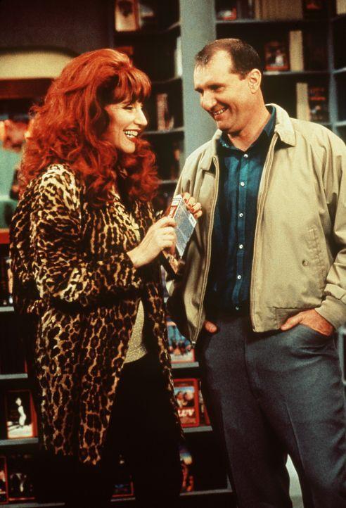 Verstehen sich ausnahmsweise: Al (Ed O'Neil, r.) und Peggy Bundy (Katey Sagal, l.). Normalerweise ist Al nur genervt von seiner Frau. - Bildquelle: Sony Pictures Television International. All Rights Reserved.