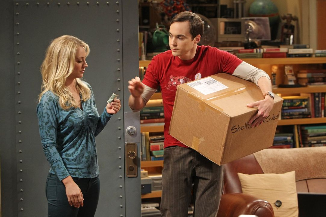 Penny (Kaley Cuoco, l.) kann es nicht fassen: Sheldon (Jim Parsons, r.) hat sich von seiner Mutter alte Arbeiten schicken lassen, die er als Kind ge... - Bildquelle: Warner Bros. Television