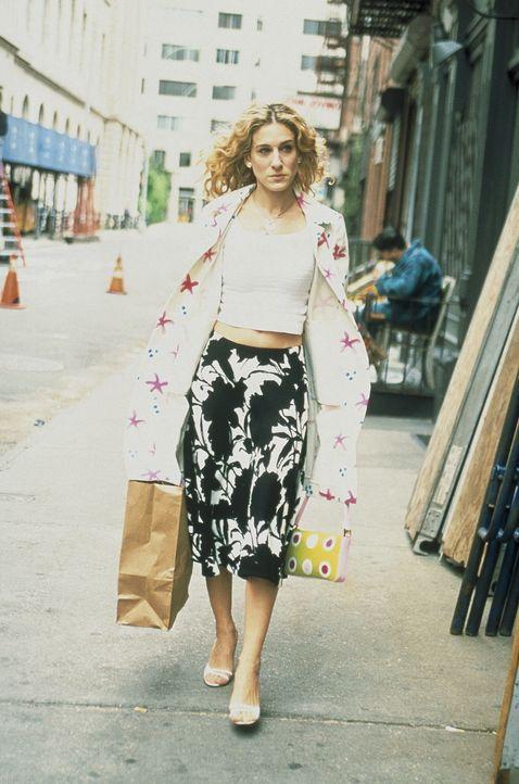 Nachdem Carrie (Sarah Jessica Parker) fluchtartig Steves Bar verlassen hat, weil sie die Stimme ihres Ex' vernommen hat, macht sie sich über ihre b... - Bildquelle: Paramount Pictures
