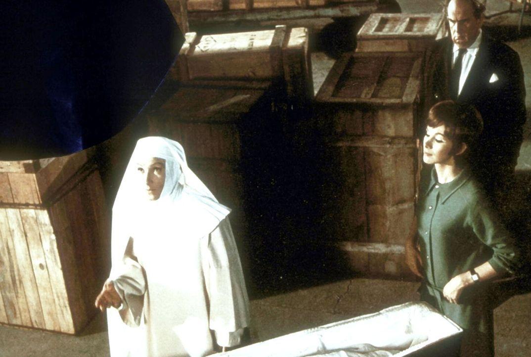 Schwester Oberin (Brigitte Horney, l.), Hamlyn (Robert Morley, hinten r.) und Trudy (Susan Hampshire, vorne r.) um den Sarg von Clossen ... - Bildquelle: Constantin Film