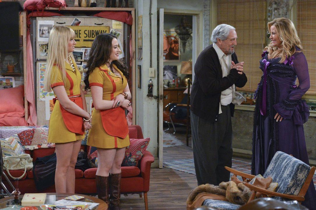 Mit Hilfe von Sophie (Jennifer Coolidge, r.) versuchen Max (Kat Dennings, 2.v.l.) und Caroline (Beth Behrs, l.) Lester (Hal Linden, 2.v.r.) zu überz... - Bildquelle: Warner Bros. Television