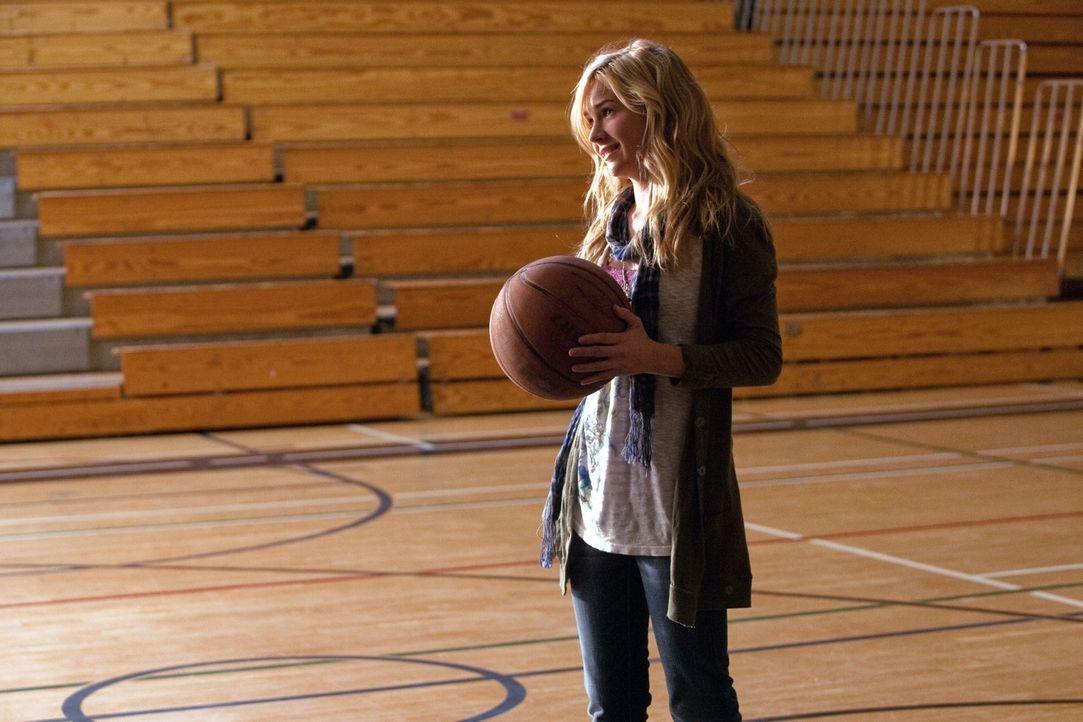 Freut sich auf ein Basketballspiel mit ihrem Vater: Lux (Brittany Robertson)... - Bildquelle: The CW   2009 The CW Network, LLC. All Rights Reserved