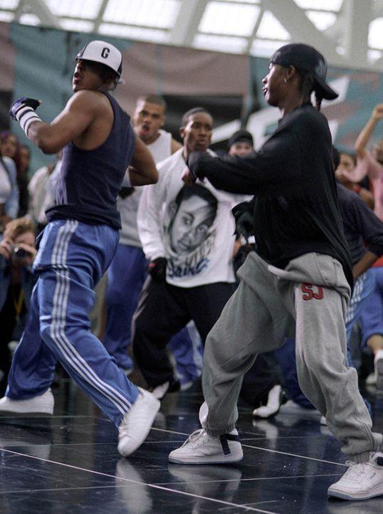 David (Omari Grandberry, r.) und Elgin haben die beste Crew (J-Boog, l.), und sind daher siegesgewiss, als eine Clique von Weißen sie zu einem Tanzd... - Bildquelle: 2004 Screen Gems, Inc. All Rights Reserved.