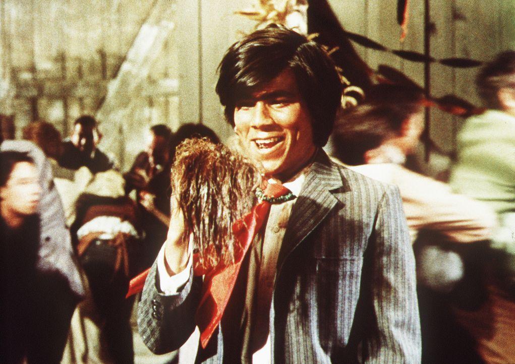 Triumphierend halt Jackson Two Bears (Tom Nardini, M.) einen Skalp in den Händen ... - Bildquelle: Columbia Pictures
