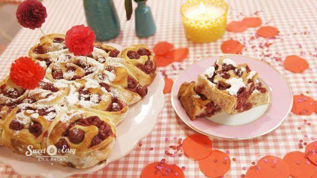 Sauerkirsch-Rosenkuchen mit Eierlikörguss_totale