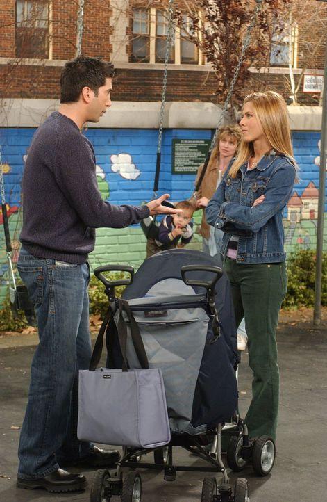 Rachel (Jennifer Aniston, r.) möchte nicht, dass Ross (David Schwimmer, l.) mit Emma auf den Spielplatz geht, denn sie selbst hatte mal einen Unfall... - Bildquelle: 2003 Warner Brothers International Television