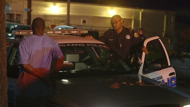 In der Nacht klicken die Handschellen: Officer J. Brown (r.) vom New Orleans...