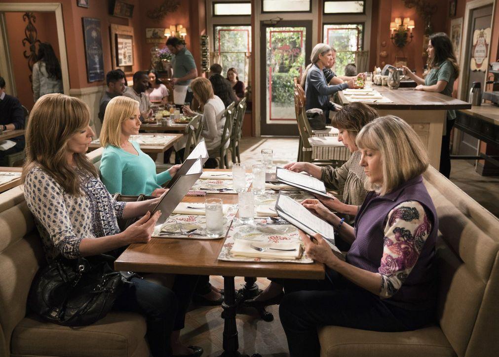 Bonnie (Allison Janney, l.) erzählt Jill (Jaime Pressly, 2.v.l.), Wendy (Beth Hall, 2.v.r.) und Marjorie (Mimi Kennedy, r.) davon, dass Christys Ex... - Bildquelle: 2018 Warner Bros.