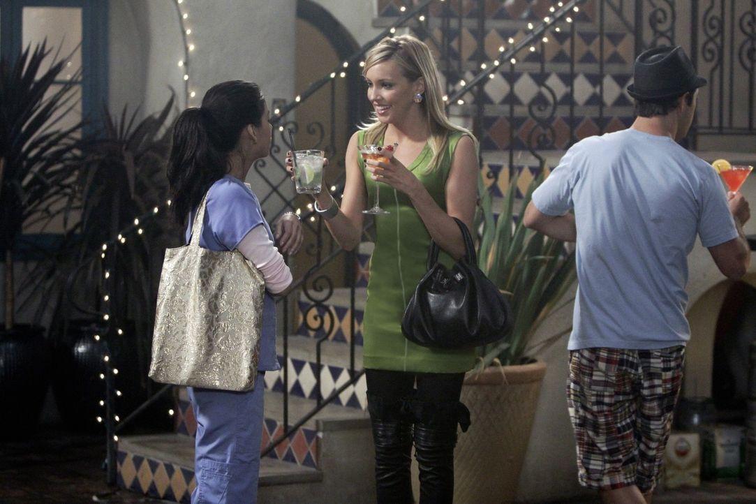 Nicht nur Ella (Katie Cassidy, M.), sondern auch Lauren (Stephanie Jacobsen, l.) nutzt Jonahs (Michael Rady, r.) kleine Party, um jegliche Probleme... - Bildquelle: 2009 The CW Network, LLC. All rights reserved.