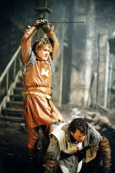 Noch ahnt George (James Purefoy, r.) nicht, dass Garth (Patrick Swayze, l.) keineswegs gewillt ist, freiwillig das Feld zu räumen ... - Bildquelle: ApolloMedia
