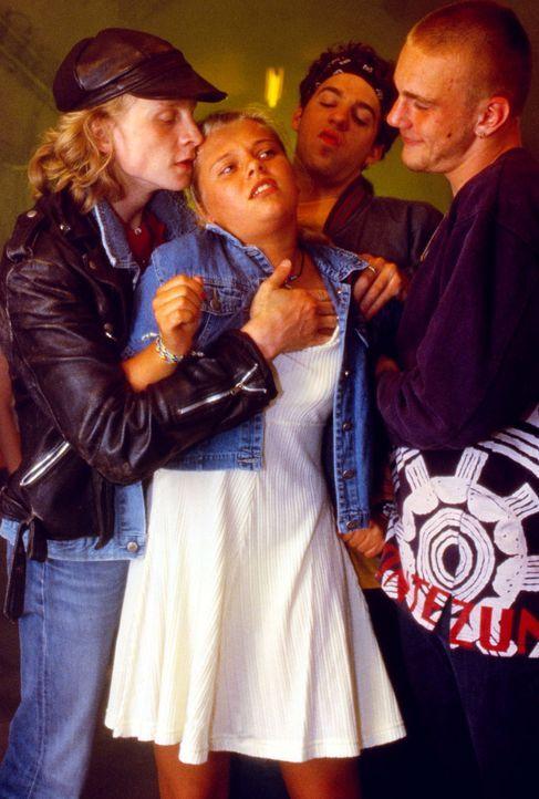 Natalie (Anne Sophie Briest, M.) wird von den Jungen ihrer Schule schikaniert, als diese von ihrer Vergangenheit in Frankfurt erfahren ... - Bildquelle: Sat.1