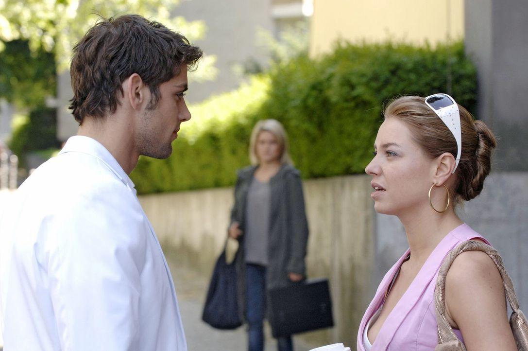 Anna (Jeanette Biedermann, M.) muss mit ansehen, wie Jonas (Roy Peter Link, l.) und Katja (Karolina Lodyga, r.) miteinander flirten.