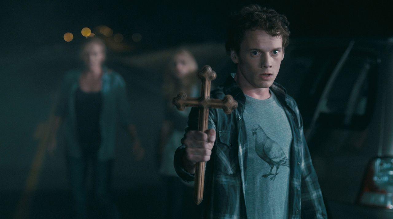 Bewaffnet mit einem Kruzifix will Charley (Anton Yelchin) Jerry auf seinem blutigen Beutezug stoppen. Doch so einfach lässt sich ein Vampir nicht in... - Bildquelle: Lorey Sebastian, John Bramley Dreamworks Studios.  All rights reserved