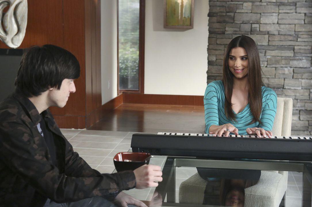 Kann und will Ty (Gideon Glick, l.) Carmen (Roselyn Sanchez, r.) dabei helfen, bei einem Talentwettbewerb zu glänzen? - Bildquelle: 2014 ABC Studios