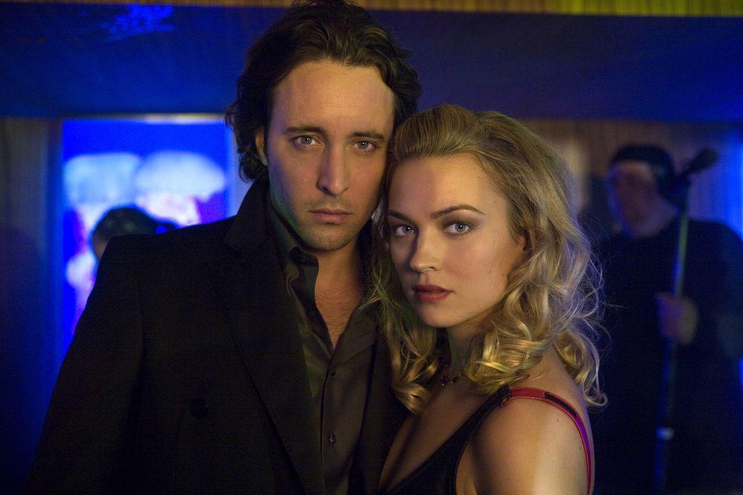 Weil sie seit dem Kuss noch immer Probleme miteinander haben, ermitteln Mick (Alex O'Loughlin, l.) und Beth (Sophia Myles, r.) getrennt voneinander.... - Bildquelle: Warner Brothers
