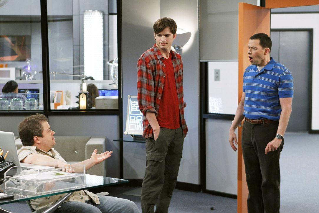 Jake und Eldridge haben ihren Highschool-Abschluss bestanden und stehen nun vor der Berufswahl. Alan (Jon Cryer, r.) bittet Walden (Ashton Kutcher,... - Bildquelle: Warner Brothers Entertainment Inc.