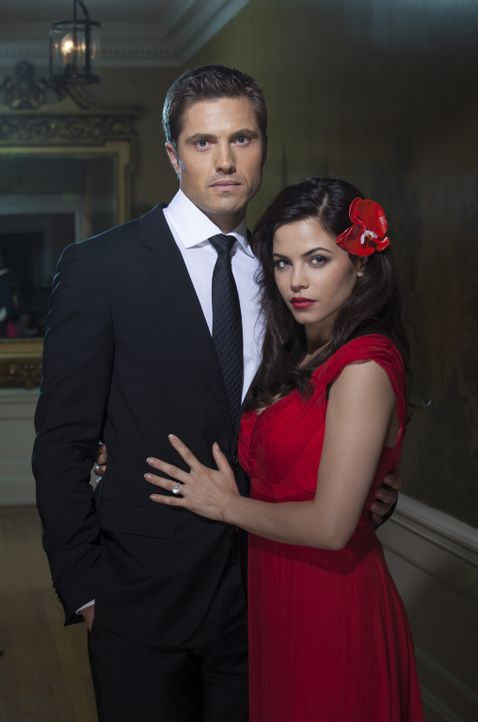 (1. Staffel) - Freya (Jenna Dewan-Tatum, r.) hat sich den attraktiven und sehr begehrten Junggeselle Dash Gardiner (Eric Winter, l.) geangelt ... - Bildquelle: 2013 Lifetime Entertainment Services, LLC. All rights reserved.