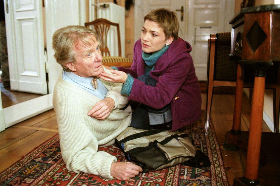Stephanie (Claudia Schmutzler, r.) kommt gerade zur rechten Zeit. Der pensionierte Professor Viktor Böhr (Gunnar Möller, l.) wurde leicht verletzt,... - Bildquelle: Noreen Flynn Sat.1