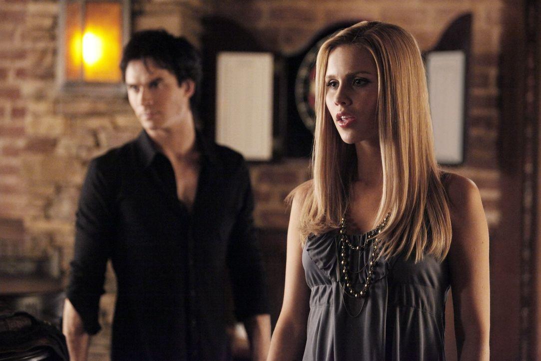 Während sich Damon (Ian Somerhalder, l.) an das Jahr 1912 zurückerinnert, ist Rebekah (Claire Holt, r.) auf der Suche nach etwas in Mystic Falls ... - Bildquelle: Warner Brothers