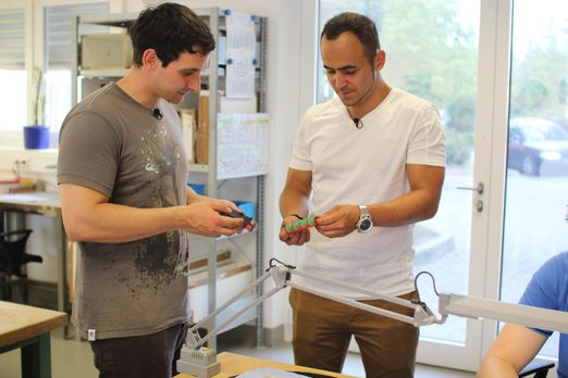 Vom Spinner zum Gewinner - Modedesign-Student Gerhard (l.) nervte das Tüten s...