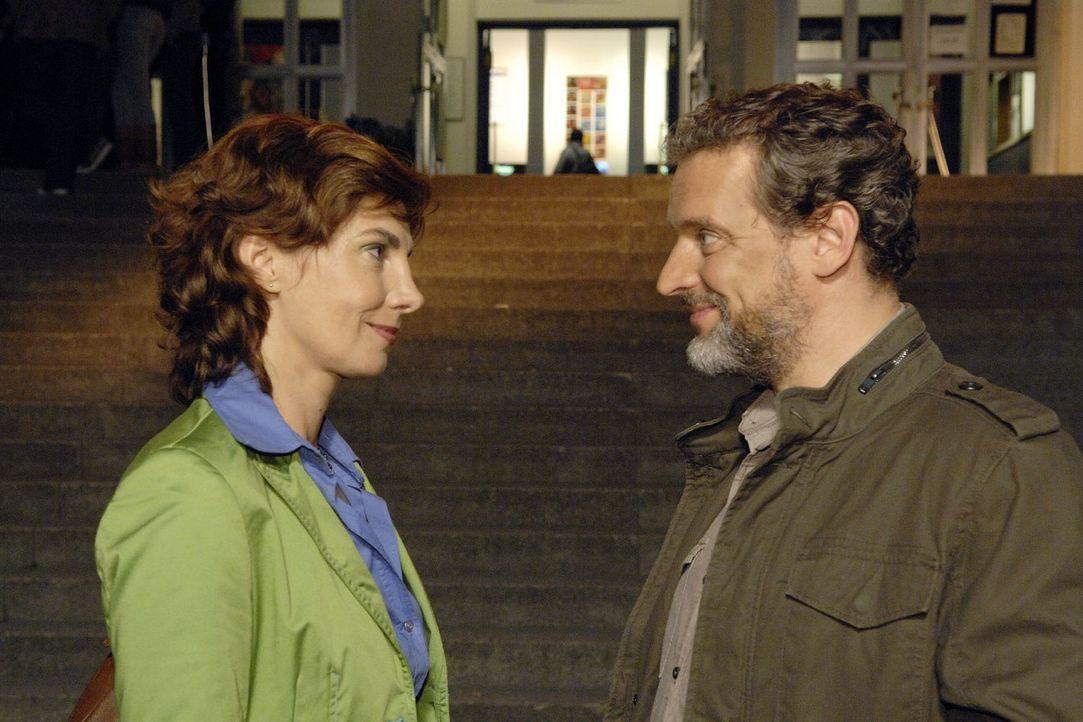 Steffi (Karin Kienzer, l.) und Ulrich (Wolfgang Wagner, r.) gehen miteinander aus. - Bildquelle: Claudius Pflug Sat.1