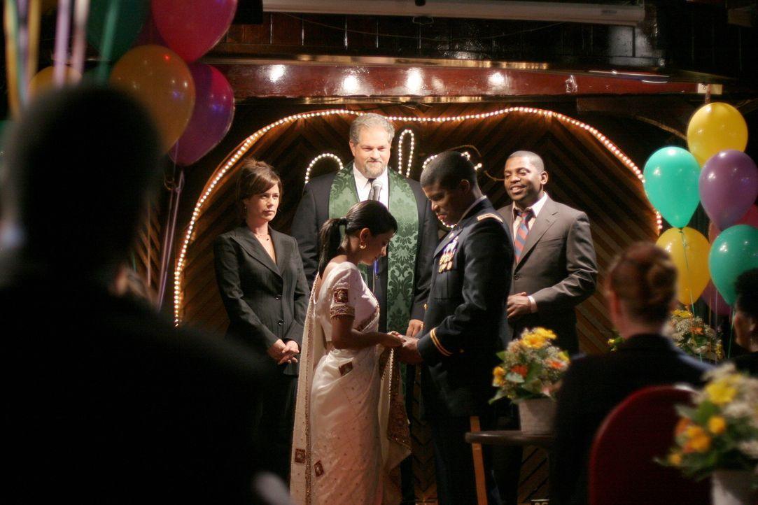 Während Jerry (Abraham Benrubi, hinten M.) die Trauung vollzieht, stehen Abby (Maura Tierney, hinten l.) und Pratt (Mekhi Phifer, hinten r.) dem Hoc... - Bildquelle: Warner Bros. Television