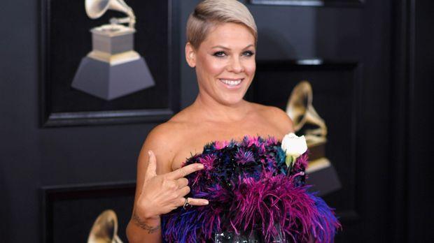 Welche Farbe hat Pinks Haar, wenn sie anfängt die Nationalhymne zu singen? - Bildquelle: 2018 Getty Images