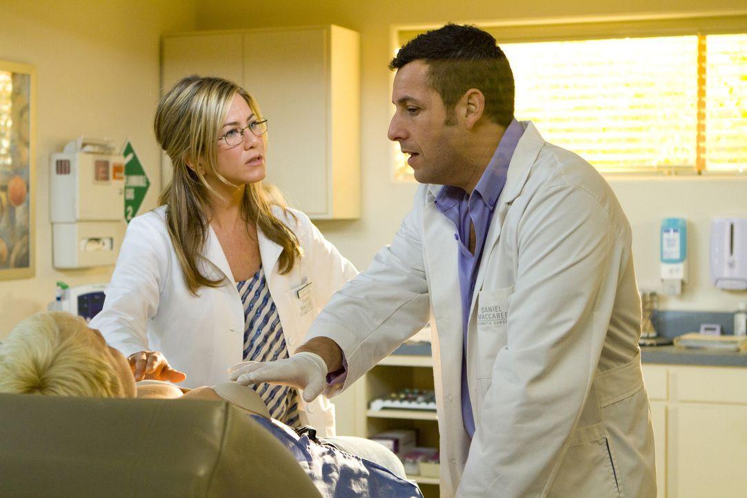 Seit vielen Jahren arbeiten Danny Maccabee (Adam Sandler, r.) und seine Assistentin Katherine (Jennifer Aniston, l.) erfolgreich zusammen. Da bittet... - Bildquelle: 2011 Columbia Pictures Industries, Inc. All Rights Reserved.