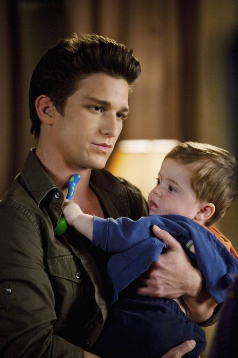 Rührend kümmert sich Ricky (Daren Kagasoff, l.) um den kleinen John.