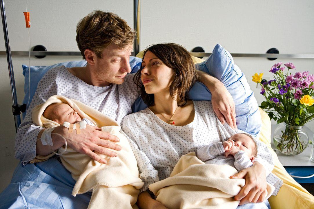 Es ist geschafft! Der glückliche frischgebackene Vater Philip (Maxim Mehmet, l.) und seine Freundin Nina (Jana Pallaske, r.) haben die Geburt ihrer... - Bildquelle: Conny Klein Warner Bros.