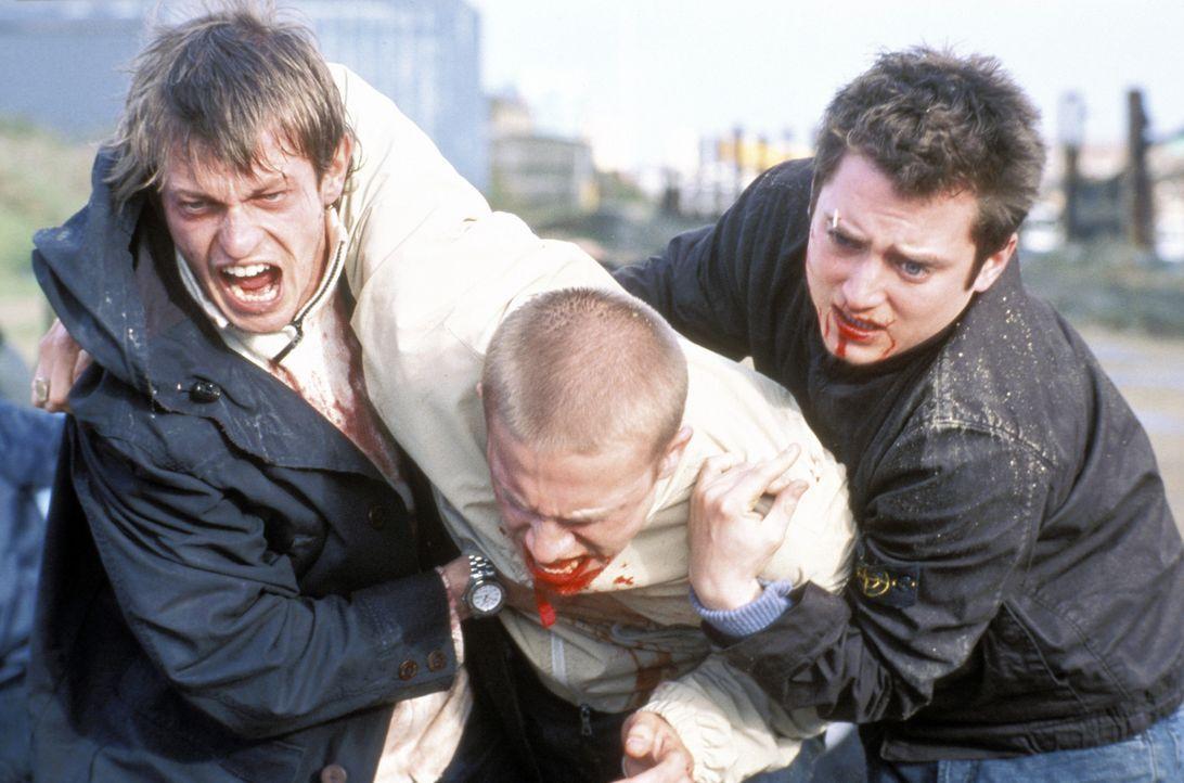 Bovver (Leo Gregory, l.) und Matt (Elljah Wood, r.) bringen Pete (Charlie Hunnam, M.) vor den Gegner in Sicherheit ... - Bildquelle: Odd Lot Entertainment