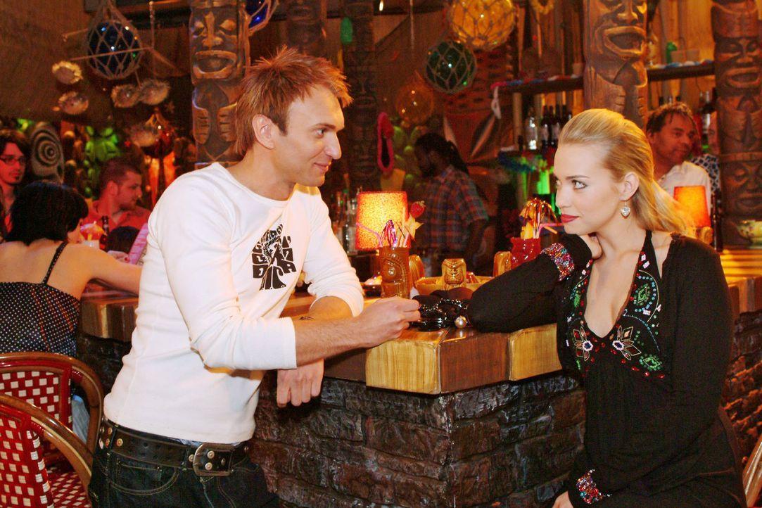 Marc (Jean-Marc Birkholz, l.) macht Kim (Lara-Isabelle Rentinck, r.) eindeutige Avancen - und bekommt einen Korb. - Bildquelle: Monika Schürle Sat.1