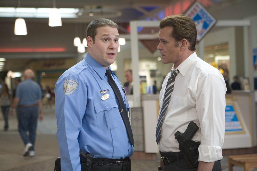 Kaum hat Wachmann Ronnie (Seth Rogen, l.) mal einen richtigen Fall, da taucht auch schon die echte Polizei auf. Detective Harrison (Ray Liotta, r.)... - Bildquelle: Warner Brothers