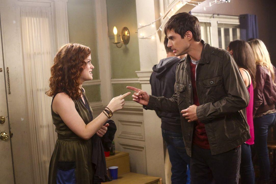 Auf einer College-Party treffen Tessa (Jane Levy, l.) und Mark (Andrew J. West, r.) aufeinander und müssen feststellen, dass sie sich ziemlich ähnli... - Bildquelle: Warner Bros. Television