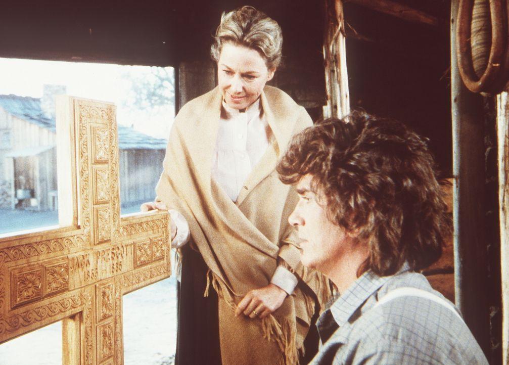 Charles Ingalls (Michael Landon, r.) hat für seinen verstorbenen Freund Jack ein Grabkreuz geschnitzt. Caroline (Karen Grassle, l.) ist von der Arbe... - Bildquelle: Worldvision