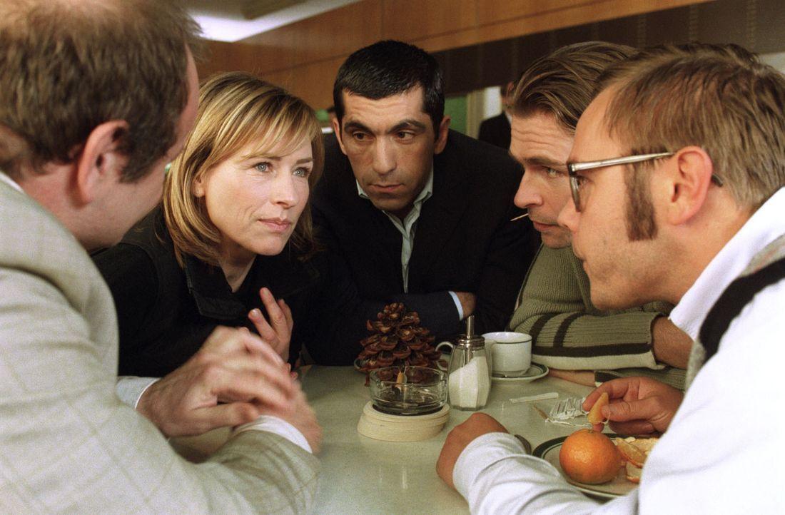 Eva Blond (Corinna Harfouch, 2.v.l.), Alyans (Erdal Yildiz, M.), Lottmann (Gottfried Breitfuß, l.), Arango (Tonio Arango, 2.v.r.) und Dr. Smek (Fra... - Bildquelle: Sat.1