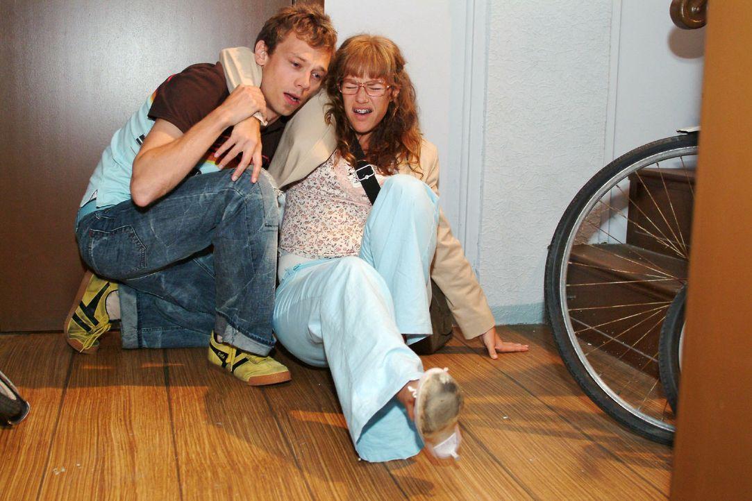 Lisas (Alexandra Neldel, r.) beherzte Kussattacke auf Jürgen (Oliver Bokern, l.) rächt sich schnell, als sie mit dem Fuß umknickt. (Dieses Foto von... - Bildquelle: Monika Schürle Sat.1