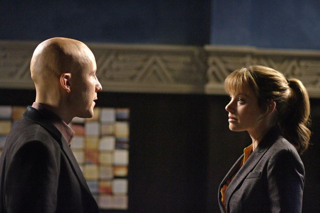Nachdem Lois (Erica Durance, r.) die Story über Lex (Michael Rosenbaum r.) nun doch nicht schreibt, wird sie von einem Fremden dazu gezwungen den Mi... - Bildquelle: Warner Bros.