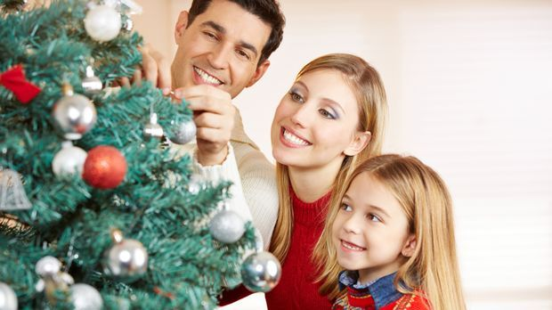 Weihnachtsbaum schmücken – eine schöne Tradition für die ganze Familie.
