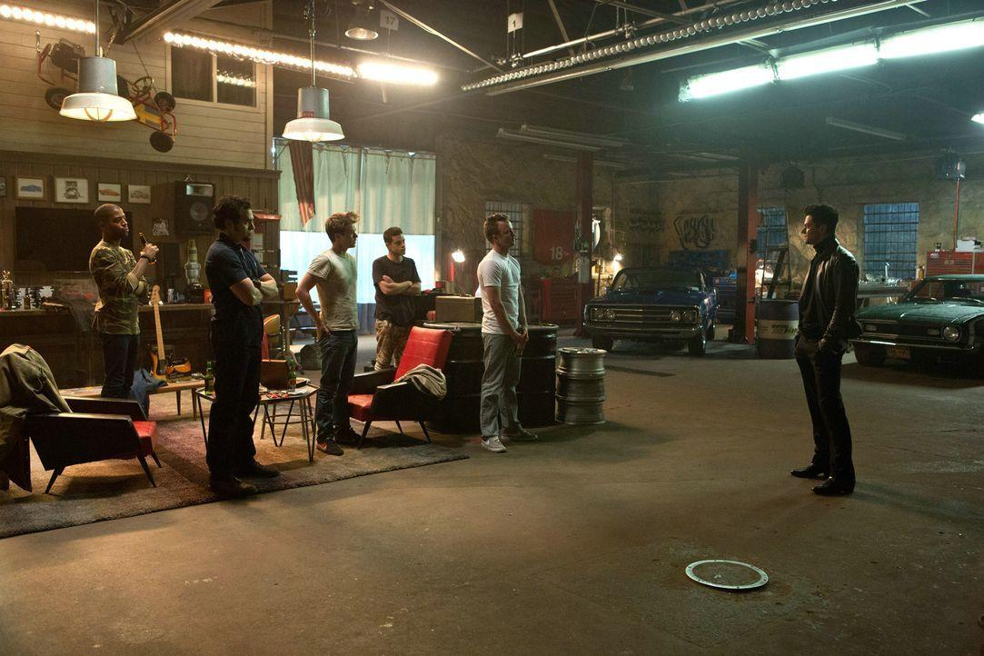 Als Dino (Dominic Cooper, r.) bei ihnen in der Werkstatt auftaucht, ahnen Benny (Scott Mescudi, l.), Joe Peck (Ramon Rodriguez, 2.v.l.), Little Pete... - Bildquelle: 2014 Constantin Film Verleih GmbH.
