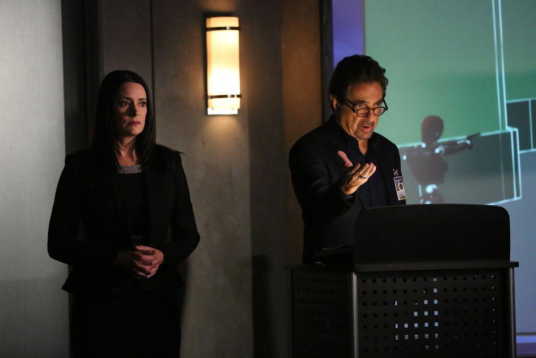 Rossi (Joe Mantegna, r.) hält zusammen mit Prentiss (Paget Brewster, l.) eine Unterrichtstunde zum Thema Profiling, als er einen Anruf von einem Ser... - Bildquelle: Michael Yarish 2016 ABC Studios. All rights reserved.