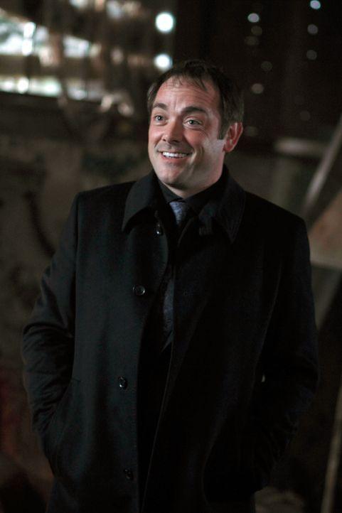 Nimmt Kontakt mit Sam und Dean auf und bietet seine Hilfe an: Crowley (Mark Sheppard) ... - Bildquelle: Warner Brothers